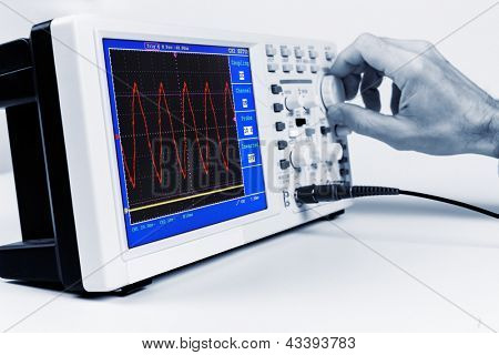 Set up a digital oscilloscope, measure sinusoidal signal