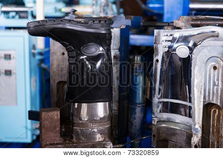 factory manufacturing protective gumboots