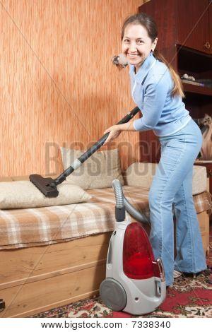 Frauen, die Reinigung von ihrem Wohnzimmer.