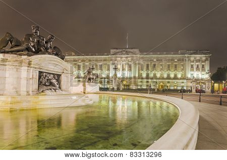 Buckingham Palace and Victoria Memorial in London at night