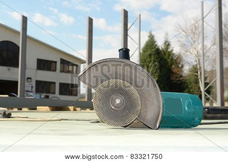 Close-up circular abrasive cutoff saw