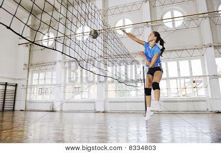 Mädchen Volleyball indoor Spiel spielen