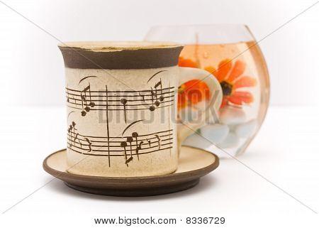 Xícara de chá e vela aromática em um branco