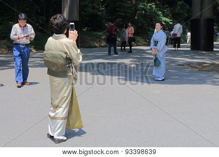 Kimono woman smart phone