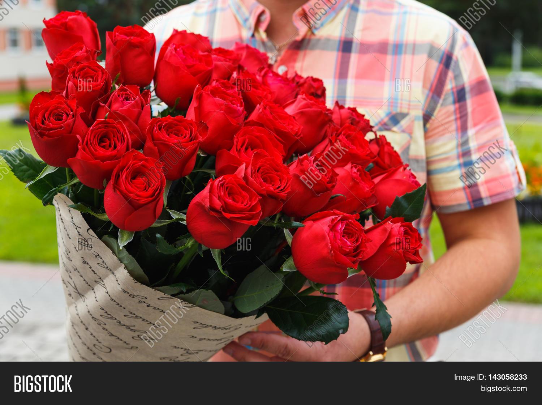 Букет огромный цветов для мужчины фото