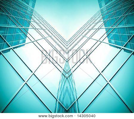 symmetrische Wand aus Glas Gebäude im Dunst