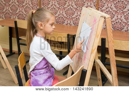 Girl Artist Paints On An Easel To Draw Circle