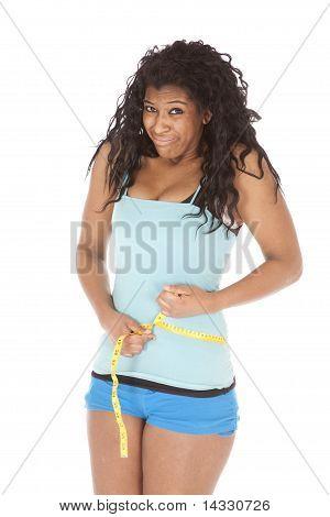 Cintura de mulher afro-americana de medição