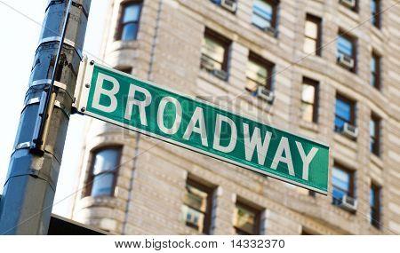Berühmten Broadway Straßenschildern in der Innenstadt von New York