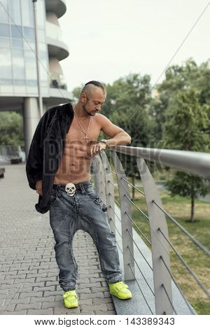 guy in a mink coat, Walk on a city