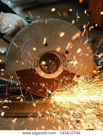 Pendular electric saw for metal cutting in factory