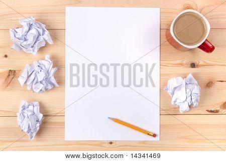Hoja de papel sobre una mesa