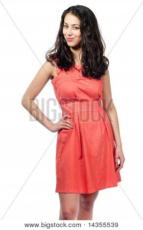 Hermosa joven en vestido rojo