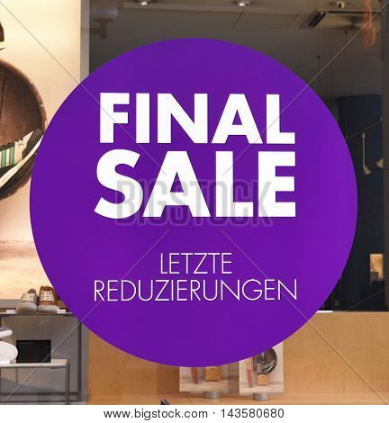 Final sale sign with german language. Sale sticker on a shop window.