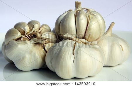 a bunch of garlic cloves in colour
