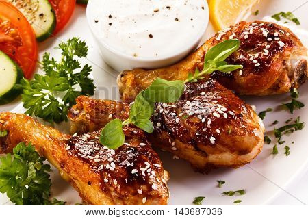 Grilled chicken drumsticks and vegetables