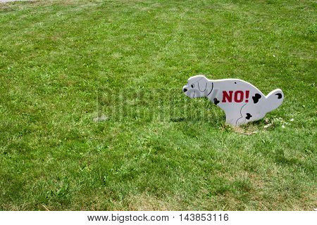 sign walking the dog on the lawn prohibited.