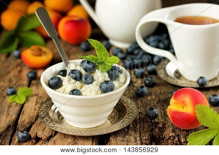 Dietary dessert from cottage cheese with fresh berries