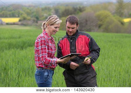 woman farmer selling pur fertilizer to farmer