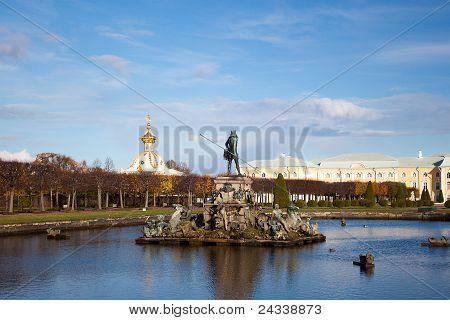 Fonte de Neptuno, no parque, Peterhof na Rússia