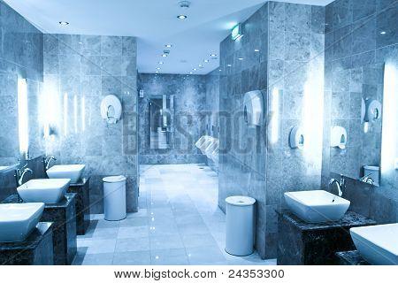eigentijds interieur van openbaar toilet