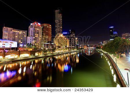 Melbourne, Australia, por la noche.  Vista del río Yarra hacia Southbank.