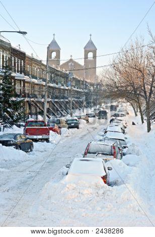 Calle urbana después de la tormenta de nieve