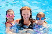 Постер, плакат: дочери и семья матери плавание в бассейне на летние каникулы