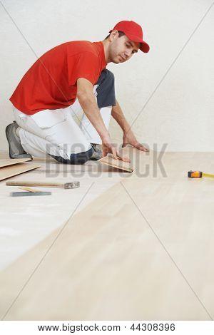 Zimmermann Arbeiter installieren Holzparkett Vorstand während Bodenbelag Arbeit