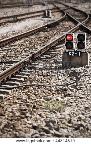 Bahnstrecke mit Rotlicht-Warnung