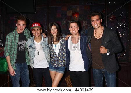 LOS ANGELES - APR 1:  Kendall Schmidt, James Maslow, Carlos Pena, Jr., Logan Henderson with Victoria Justice -