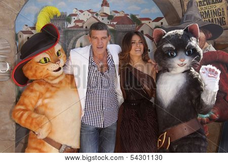 LOS ANGELES - OCT 22:  SALMA HAYEK & ANTONIO BANDERAS arrives to the