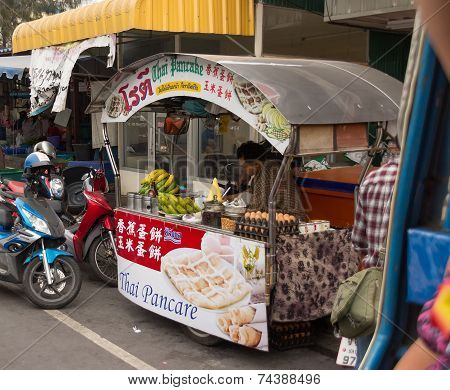 January 14, 2012: The seller of food on the street in Pattaya, Thailand in the afternoon