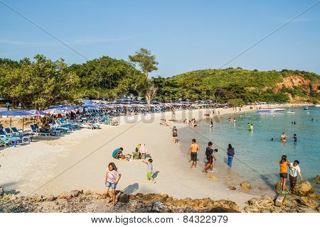 Pattaya, Thailand - January 1, 2015:  Tourists Playing At Beach, In Ko Lan ( Larn Island ) On Januar
