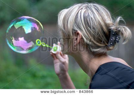 Menina com bolha de sabão