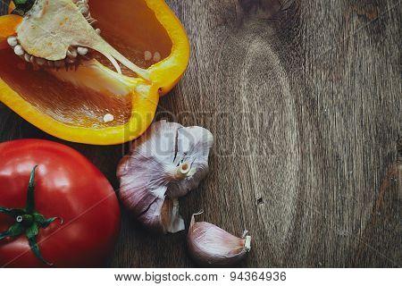Green pepper, tomato and garlic heads
