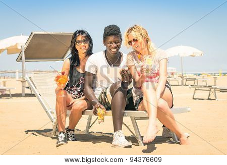 Happy Multiracial Girl Friends Drinking Cocktails With Tablet Pc At The Beach - Concept Of Vacations