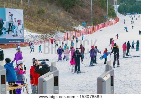 SoulKorea-Jan 42016: Skier both Koreans and foreigners to come skiing at Vivaldi Park Ski Resort is the Ski area the hotel and the famous resort of Korea on vacation in the winter every year.