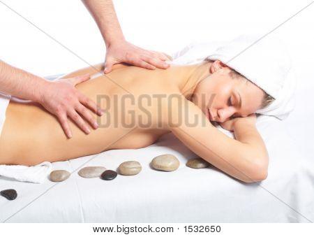Apreciando massagem nas costas da mulher