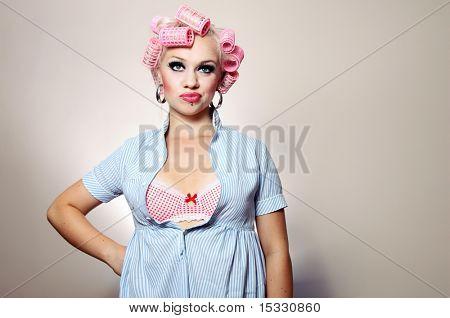 Gelangweilt attraktive Mädchen mit Lockenwickler, ähnlich wie in meinem Portfolio verfügbar