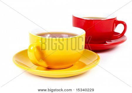 Zwei Tassen auf weißem Hintergrund