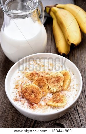 Oatmeal with banana slices and cinnamon country style