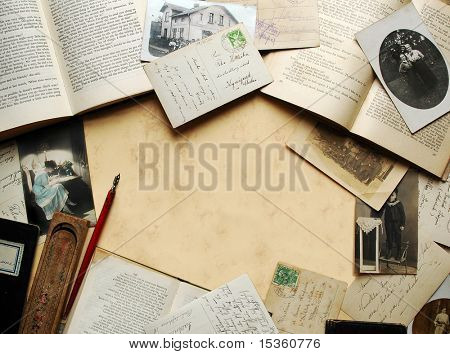 Vintage Background mit alten Büchern, Postkarten und Fotos