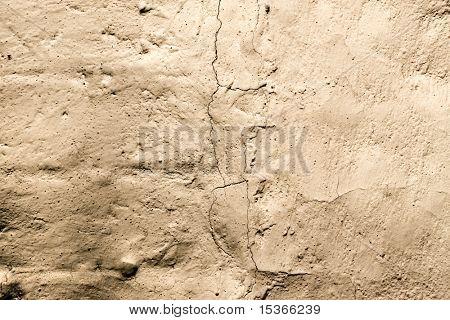 Oude betonnen muur met scheuren.