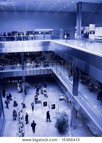 Centro de exposiciones grandes. Especialmente con alto contraste y tinte azul.