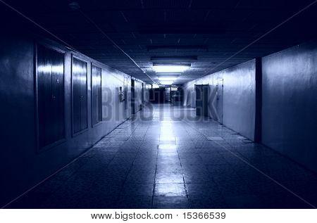 Dunklen Korridor im Bürogebäude. Blautönung.