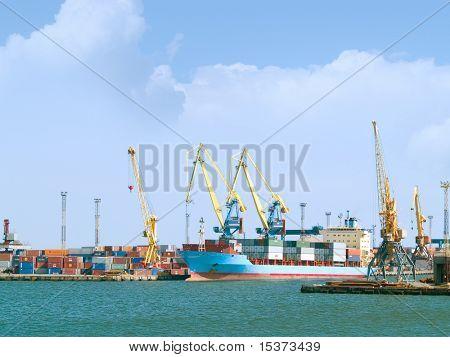 Navio de carga em estaleiros