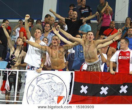 AFC Ajax Fans celebran después de marcar un gol