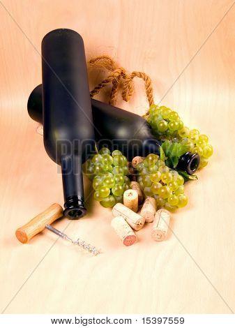 Trauben und langweilig Weinflaschen