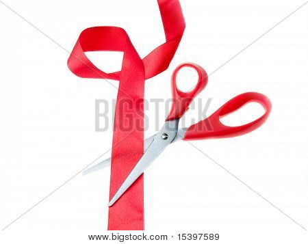 Tesoura e fita vermelha isolado no branco